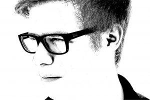 איש שלובש משקפיים