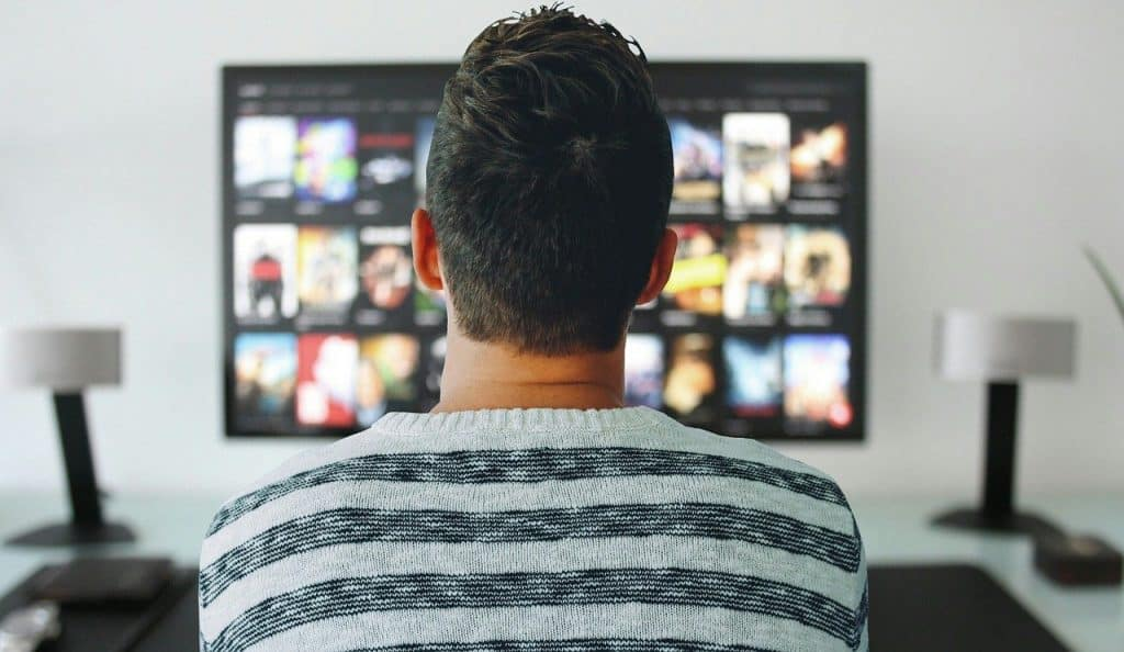 איש צופה בסרט
