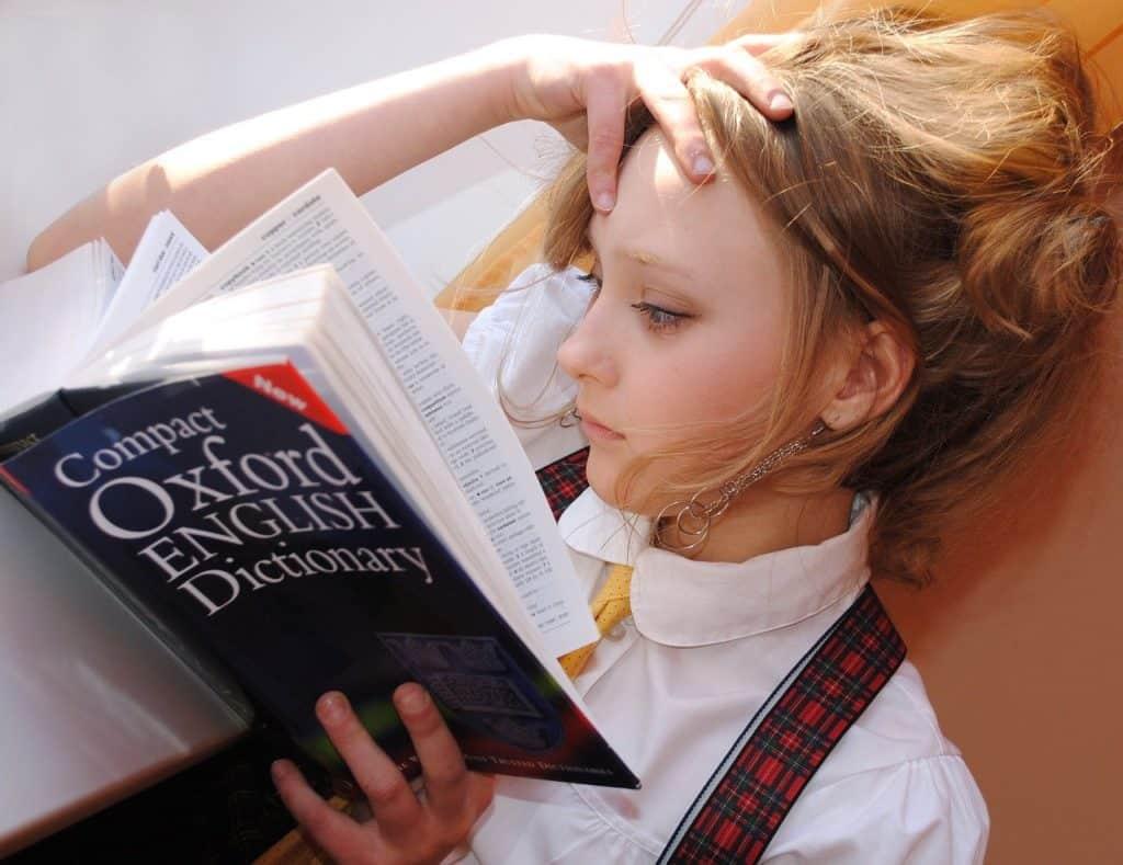 אישה קוראת